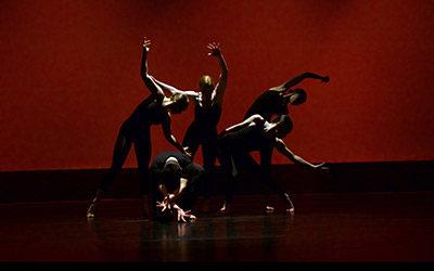 Dansare täckta av skuggor